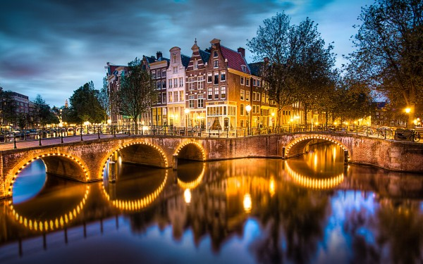 amsterdam-canals-600x375