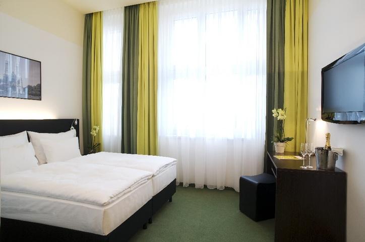 Rainers_Group_Rainers_Hotel_-_rainers_hotel_superior_room_kingbed1243ee