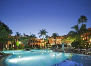 colon-guanahani-piscina-noche